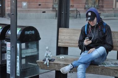 Sitter och väntar på bussen
